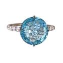 Белое золото, кольцо голубой тпаз с фианитами  Ювелирная компания МАБЭ