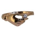 золотое кольцо с  фианитом  в руке ювелирная компания МАБЭ